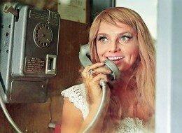 Блондинка у телефона или женщины любят поболтать